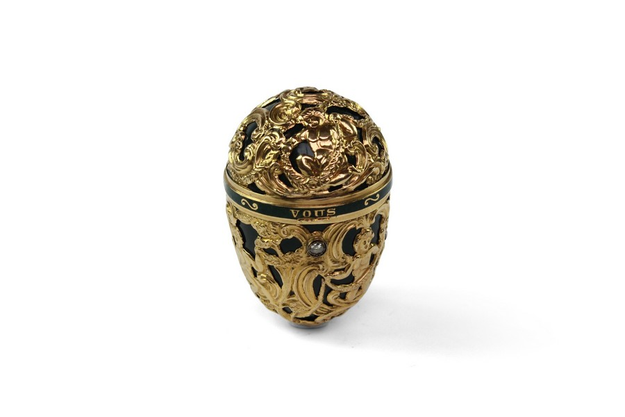 A gold-mounted bloodstone egg bonbonniere